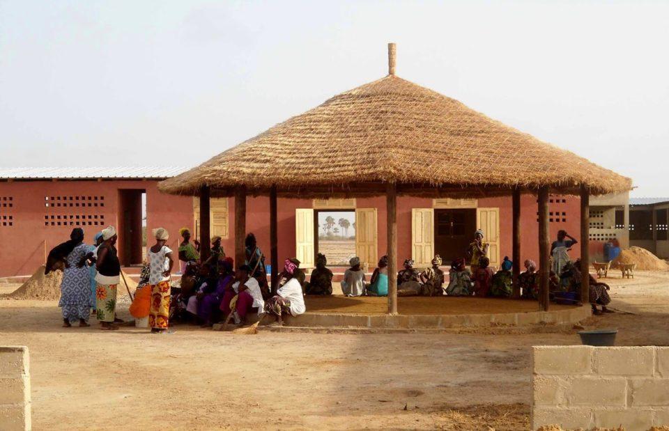 La Fundación Mujeres desarrolla un proyecto de Centro de Producción en Mar Lothie, cofinanciado por Caja Sol. Este proyecto tiene como objeto el empoderamiento económico de las mujeres de Mar Lothie para convertirlas en agentes activos del desarrollo de su región. ASF, por petición de la Fundación Mujeres realiza la dirección de obra.